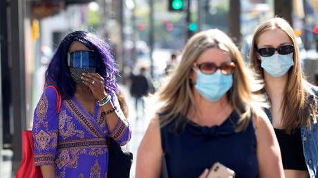 FILE PHOTO: People wearing face protective masks walk on Hollywood Blvd in Los Angeles, California, March 29, 2021 © Reuters / Mario Anzuoni