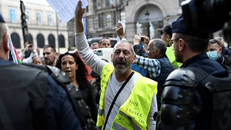 Demonstrators gather outside the Council d'Etat and Conseil Constitutionnel during protests against the compulsory Covid-19 vaccination for certain workers and the compulsory use of the health pass called for by the French government in Paris on August 5, 2021. © AFP / STEPHANE DE SAKUTIN