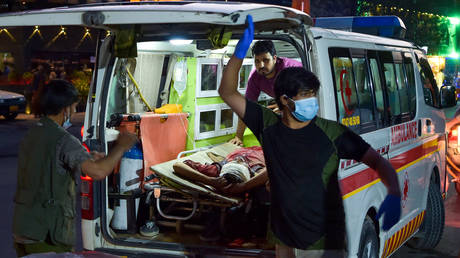 Medical staff bring an injured man to a hospital in an ambulance after two powerful explosions, which killed at least six people, outside the airport in Kabul on August 26, 2021. © AFP / Wakil KOHSAR